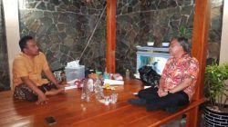 Pakar Komunikasi dan Motivator Nasional, Dr Aqua Dwipayan saat bersilaturahmi ke kediaman Ketua RPS Tuban, Khoirul Huda pada Senin (13/9/2021). (Foto: Moch Abdurrochim/Tugu Jatim)