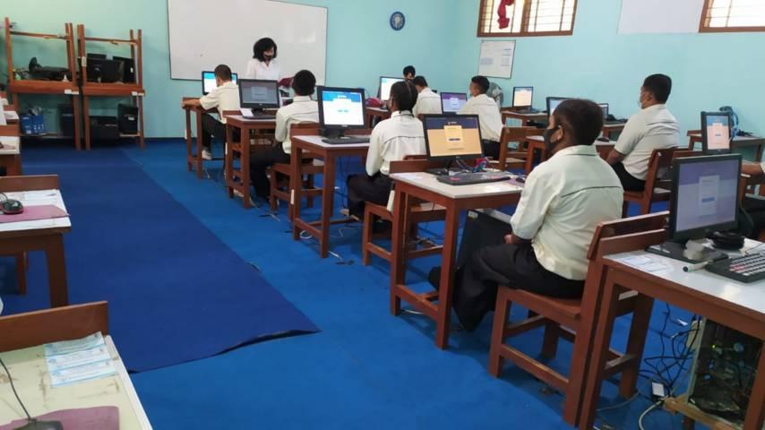 Siswa kelas XI SMKN 1 Madiun tengah mengerjakan soal Asesmen Nasional Berbasis Komputer di laboratorium komputer sekolah. (Foto: Eko Suprayitno/Tugu Jatim)