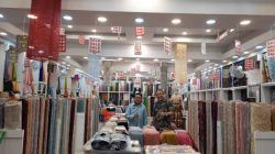 Pakar Komunikasi Dr Aqua Dwipayana bersama Memed di toko New Indonesia Exclusive Textile. (Foto: Dokumen) tugu jatim