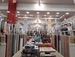 Dr Aqua Dwipayana Beri Rezeki Nomplok ke Belasan Pegawai 2 Toko Tekstil di Yogyakarta
