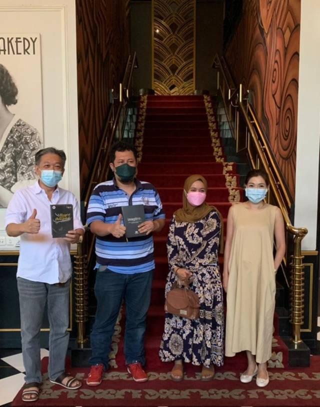 Dari kiri, Effendi Pudjihartono, Irham Thoriq, Sakinatun Najwa, dan Ellizabeth di The Pianoza, Surabaya. (Foto: Dokumen) tugu jatim