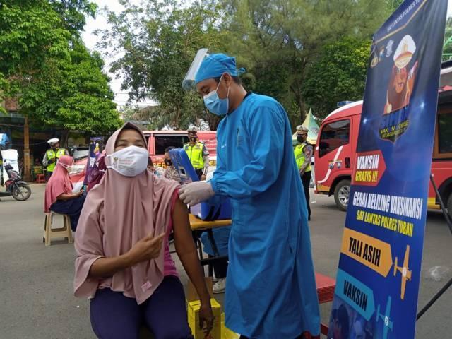Salah satu tunawisma yang menjalani vaksinasi Covid-19 di kawasan Pantai Boom, Kabupaten Tuban, Selasa (21/9/2021). (Foto: Moch Abdurrochim/Tugu Jatim)