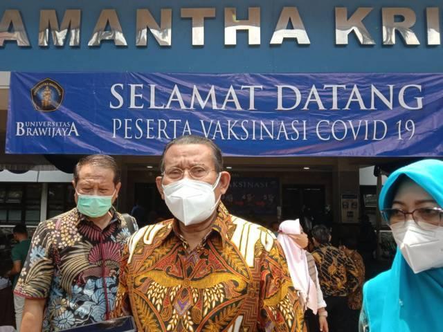 Rektor UB, Prof Nuhfil Hanani ketika memberikan keterangan pada awak medua. (Foto: M Sholeh/Tugu Malang/Tugu Jatim)