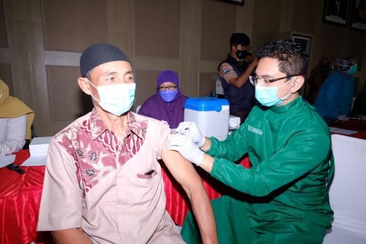 Seorang lansia tengah mendapat vaksin di Program Vaksinasi oleh Kwarcab Pramuka Kota Batu di Balai Kota Among Tani, Kamis (16/9/2021). (Foto: M Ulul Azmy/Tugu Malang/Tugu Jatim)