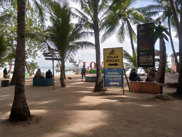 Suasana tempat wisata Pantai Kelapa di Kelurahan Panyuran, Kecamatan Palang, Kabupaten Tuban yang masih tampak sepi pengunjung meski izin operasi sudah dikeluarkan. (Foto: Mochamad Abdurrochim/Tugu Jatim) disparbudpora tuban