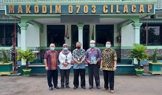 Trilis Agung Rudy Hermawan, bersama Dr Aqua Dwipayanan di depan Makodim 0703 Cilacap/tugu jatim