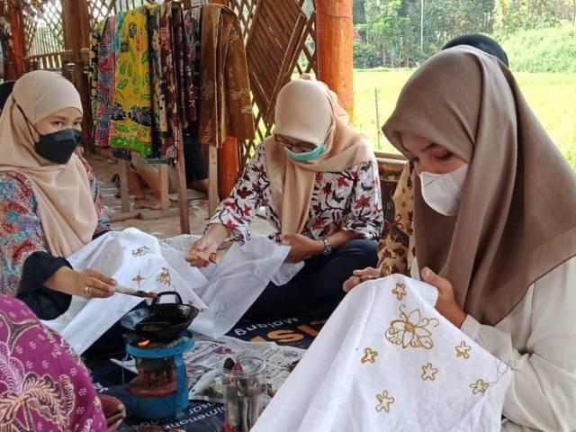 Peserta festival tampak membatik di Kampung Budaya Polowijen, Kota Malang, Sabtu (02/10/2021). (Foto: M. Sholeh/Tugu Malang/Tugu Jatim)