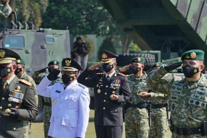 Kapolres Malang AKBP Bagoes Wibisono bersama Forkopimda di Malang Raya melaksanakan upacara HUT ke-76 TNI pada Selasa (05/10/2021). (Foto: Rizal Adhi Pratama/Tugu Malang/Tugu Jatim)