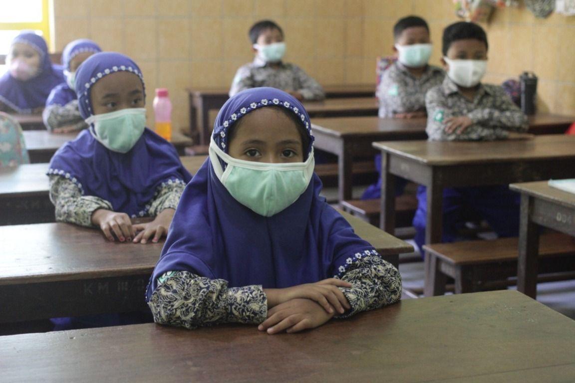 Para siswa menjalani proses pembelajaran tatap muka di Kota Malang dengan memakai prokes ketat. (Foto: Rubianto/Tugu Malang/Tugu Jatim)