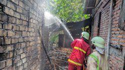 Petugas tampak memadamkan api akibat kebakaran di Dusun Bangkalan, RT 21/RW 08, Desa Kepoh, Kecamatan Baureno, Kabupaten Bojonegoro, Selasa (19/10/2021). (Foto: Istimewa/Tugu Jatim)