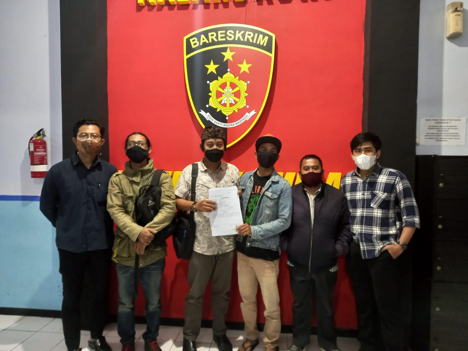 Sutikno (jurnalis) didampingi tim kuasa hukum dan rekan seprofesi saat melapor ke Mapolresta Malang Kota. (Foto: Dokumen/Tugu Jatim)