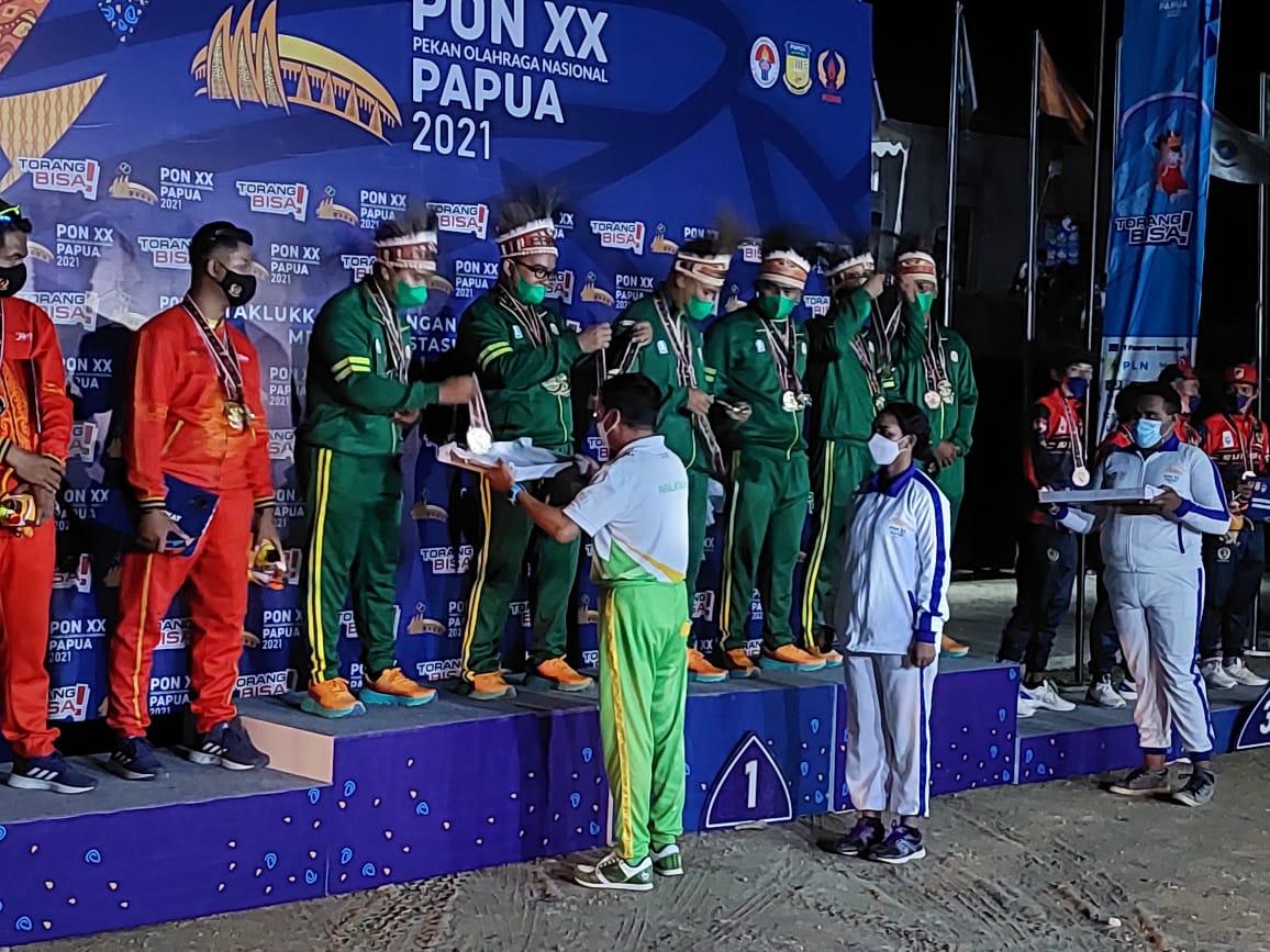 Kontingen Jatim yang juga diperkuat atlet dari Kota Batu sukses memboyong piala dan menjadi juara umum cabor paralayang di ajang PON XX Papua 2021. (Foto: KONI Kota Batu/Tugu Jatim)