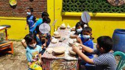 """Anak-anak tampak antusias mengikuti """"Festival Keramik Dinoyo #4"""" pada Sabtu (16/10/2021). (Foto: Dokumen/Tugu Jatim)"""