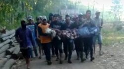 Warga membawa S, korban asal Kecamatan Poncokusumo, Kabupaten Malang, yang ditemukan tewas usai terseret arus banjir di Sungai Kali Amprong, Kabupaten Malang, Jumat (15/10/2021). (Foto: Istimewa/Tugu Jatim)