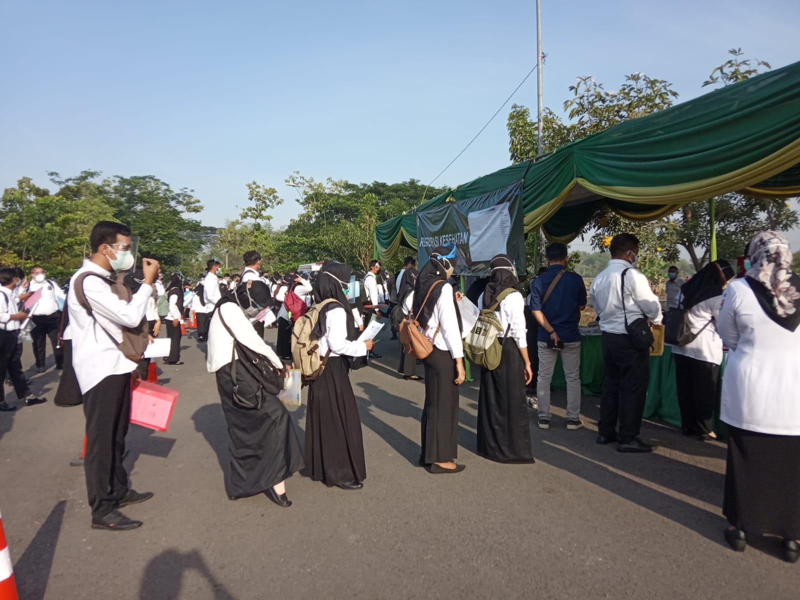 Peserta tes SKD CPNS tampak rapi antre saat  registrasi. (Foto: Istimewa/Tugu Jatim)