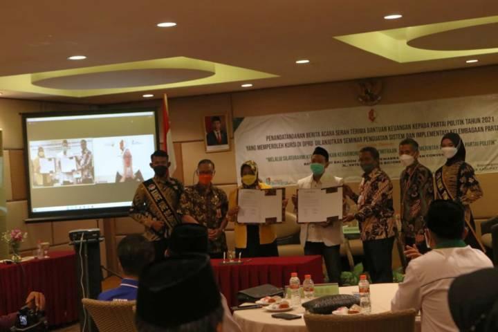 Penyerahan dana bantuan keuangan partai politik (banpol) tahun 2021 kepada 13 partai politik (parpol) di Kabupaten Bojonegoro, Kamis (14/10/2021). (Foto: Dokumen/Pemkab Bojonegoro) tugu jatim