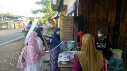 Masyarakat antusias datang untuk menikmati makanan gratis yang dibagikan Komunitas Sedekah Berkah Roemantis Bojonegoro. (Foto: Mila Arinda/Tugu Jatim)