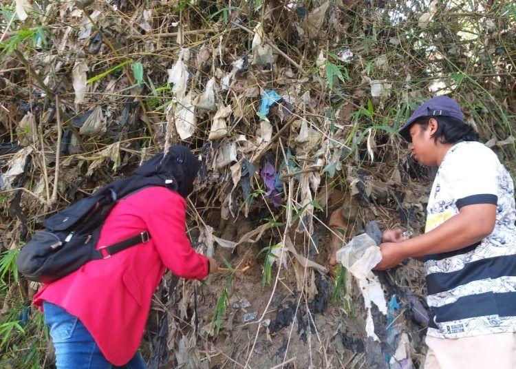 Ecoton dan Relawan Sungai Nusantara menyisir bantaran Sungai Bengawan Solo untuk melakukan operasi sampah plastik. (Foto: Dokumen/Tugu Jatim)