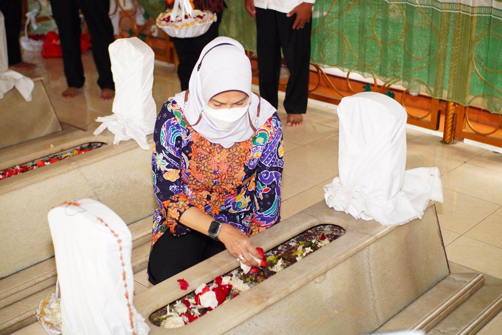 Wali Kota Batu Dewanti Rumpoko ziarah ke makam para leluhur Kota Batu, Jumat (15/10/2021). (Foto: Diskominfo KWB/Tugu Jatim)