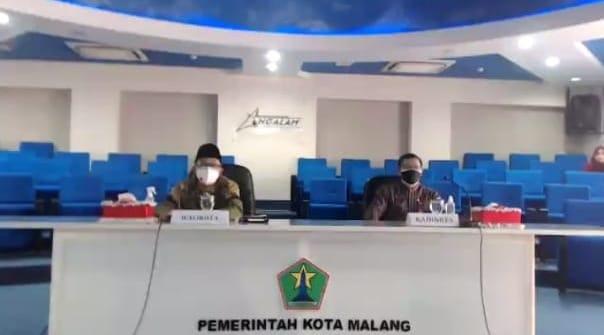 Wali Kota Malang Sutiaji (kiri) dan Kadinkes Kota Malang Husnul Muarif dalam webinar yang digelar Tugu Media Group bersama Forkopimda Kota Malang pada Kamis (14/10/2021). (Foto: M. Sholeh/Tugu Malang/Tugu Jatim)