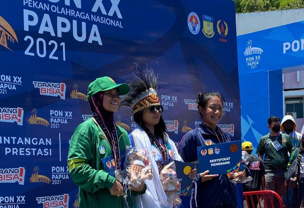 Nafa Amadea, atlet selam Kota Batu (baju hijau) kembali memboyong medali perak di nomor selam laut individual 3.000 meter di ajang PON XX Papua 2021. (Foto: KONI Kota Batu/Tugu Jatim)