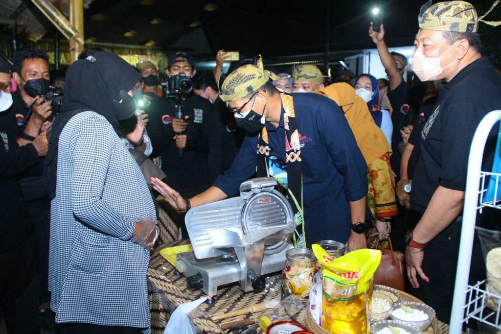 Menparekraf Sandiaga Uno bersama pelaku UMKM Kripik Tempe yang sedang hamil di Desa Wisata Sanankerto, Kecamatan Turen, Kabupaten Malang, Jumat (15/10/2021). (Foto: Dokumen/Tugu Jatim)