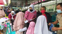Wali Kota Batu Dewanti Rumpoko bersama para PKL di Alun-Alun Kota Batu saat berbagi rezeki kepada ratusan anak yatim piatu pada Senin (18/10/2021). (Foto: M. Ulul Azmy/Tugu Malang/Tugu Jatim)