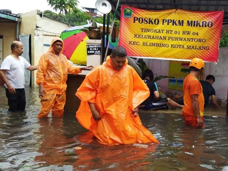 Posko PPKM di Kecamatan Blimbing, Kota Malang, ini tak luput dari terjangan banjir pada Selasa (19/10/2021). (Foto: BPBD Kota Malang/Tugu Jatim)