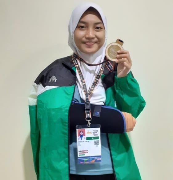 Zesyca Dwi Anjarsari, atlet Jujitsu Kota Kediri, meraih medali emas di PON XX Papua 2021.(Foto: Dokumen/Tugu Jatim)