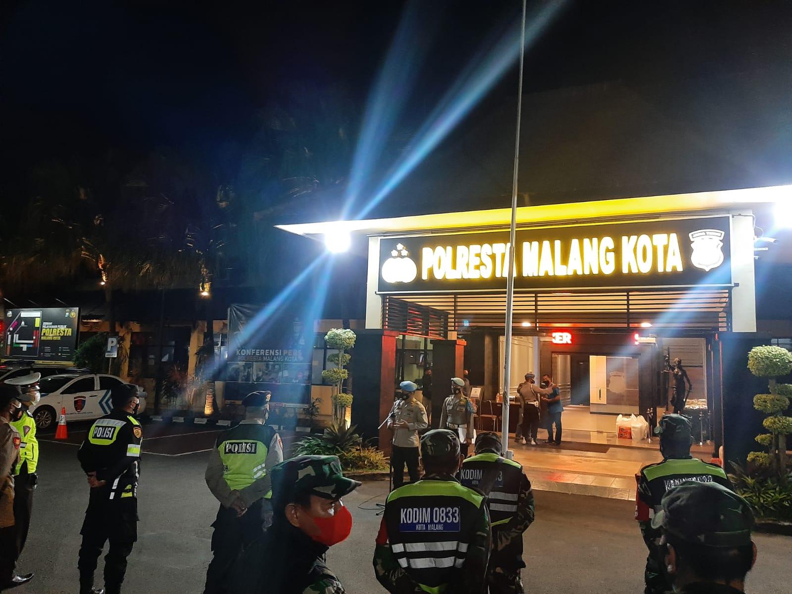 Polres Malang Kota, personel Kodim 0833, dan Satpol PP Kota Malang menggelar patroli gabungan untuk mencegah persebaran Covid-19 pada Jumat malam (08/10/2021). (Foto: Rubianto/Tugu Malang/Tugu Jatim)