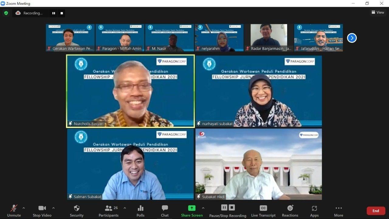 Keluarga Subakat, yaitu Nurhayati Subakat, Hadi Subakat Rumekso, dan Salman Subakat bersama Direktur Pelaksana GWPP Nurcholis MA Basyari saat memberikan materi pelatihan jurnalistik Fellowship Jurnalisme Pendidikan (FJP) 2021 Batch 3 yang diselenggarakan oleh Gerakan Wartawan Peduli Pendidikan (GWPP) yang bekerja sama dengan PT Paragon Technology and Innovation pada Selasa (19/10/2021). (Foto: Mochamad Abdurrochim/Tugu Jatim)