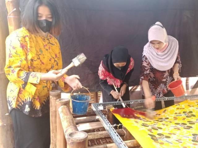 Peserta festival sedang mewarnai batik di Kampung Budaya Polowijen, Kota Malang, Sabtu (02/10/2021). (Foto: M. Sholeh/Tugu Malang/Tugu Jatim)