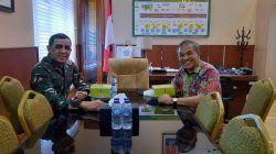 Komandan Korem (Danrem) 074/Warastrama Solo Kolonel Inf Rudy Saladin bersama Pakar Komunikasi dan Motivator Nasional Dr Aqua Dwipayana. (Foto: Dokumen/Tugu Jatim)
