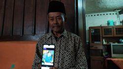 Paimin, orang tua asuh korban pria yang ditemukan tewas di bawah jembatan Kali Lanang Kota Batu saat ditemui di rumah duka, Senin (25/10/2021). (Foto: M. Ulul Azmy/Tugu Malang/Tugu Jatim)