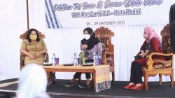 Ketua Dekranasda Kota Kediri Ferry Silviana Abu Bakar saat membuka acara pelatihan membuat beragam kreasi tenun ikat pada Senin (25/10/2021).(Foto: Dokumen/Tugu Jatim)