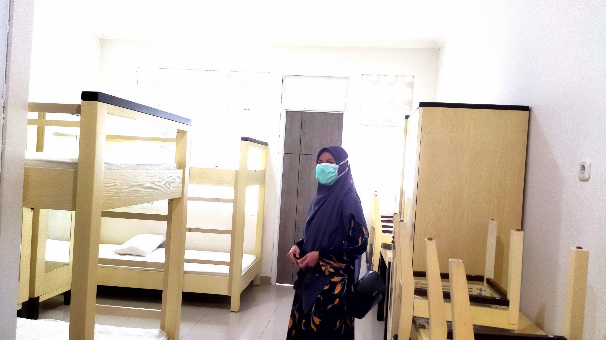 Wiwik Safitri, perawat yang mendedikasikan dirinya melayani pasien positif Covid-19 di isoter YPPI Kota Batu. (Foto: M. Ulul Azmy/Tugu Malang/Tugu Jatim)