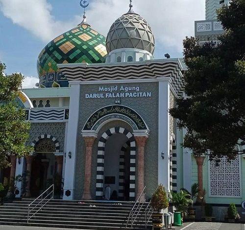 Masjid Agung Darul Falah Kabupaten Pacitan sebagai objek wisata religi/tugu jatim