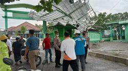 Atap gedung MWC NU tampak rusak akibat diterpa hujan deras dan angin kencang pada Senin (18/10/2021). (Foto: Istimewa/Tugu Jatim)