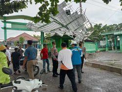 Diterjang Angin Kencang dan Hujan Deras, Atap Gedung MWC NU Bojonegoro Terbang dan Rusak Parah