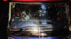 Kondisi kaca depan bus Arema FC yang pecah usai mendapat serangan dari oknum di Yogyakarta. (Foto: IG @Juragan_99/Tugu Jatim)