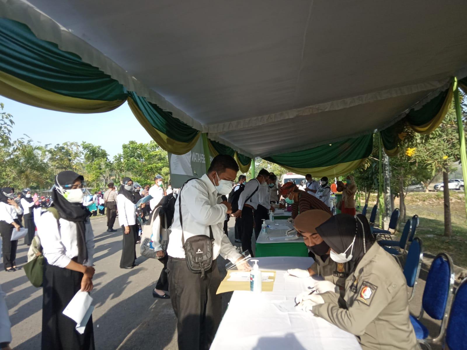 Peserta tes SKD CPNS saat melakukan proses registrasi sebelum memasuki ruang tes di Gedung Olahraga (GOR) Dabonsia Desa Ngumpakdalem, Kecamatan Dander, Kabupaten Bojonegoro. (Foto: Istimewa/Tugu Jatim)