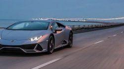 Lamborghini Huracan Evo yang melintas di jalan raya./tugu jatim