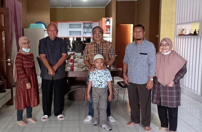 Trilis Agung Rudy Hermawan dan keluarga bersama Dr Aqua Dwipayanan/tugu jatim