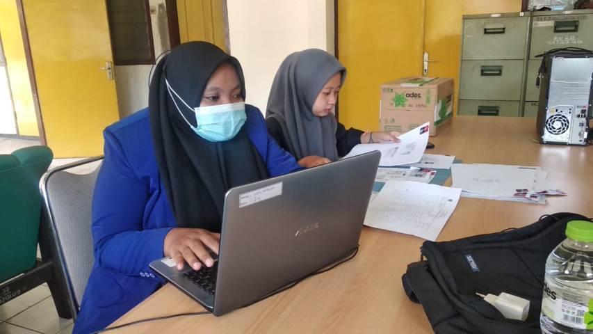 Mahasiswa UM yang tengah melakukan KPL di UPT BLK Wonojati Malang. (Foto: Dokumen) tugu jatim