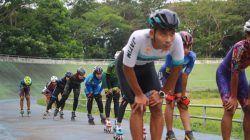 Yossy Aditiya Nugraha saat latihan olahraga sepatu roda di Velodrome Kota Malang. (Foto: Rubianto/Tugu Malang/Tugu Jatim)