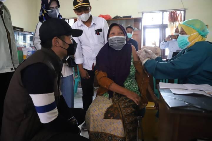 Bupati Tuban Aditya Halindra Faridzky saat melihat pelaksanaan vaksinasi pada lansia di Kabupaten Tuban. (Foto: Diskominfo Tuban/Tugu Jatim)
