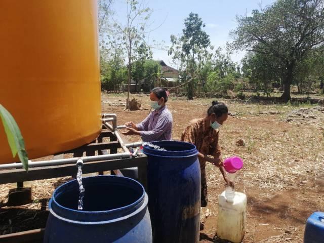 BPBD Kabupaten Tuban mulai mendistribusikan air bersih ke 26 desa yang tersebar di 8 kecamatan di wilayah Bumi Wali. (Foto: Diskominfo Tuban) tugu jatim kekeringan dan krisis air bersih