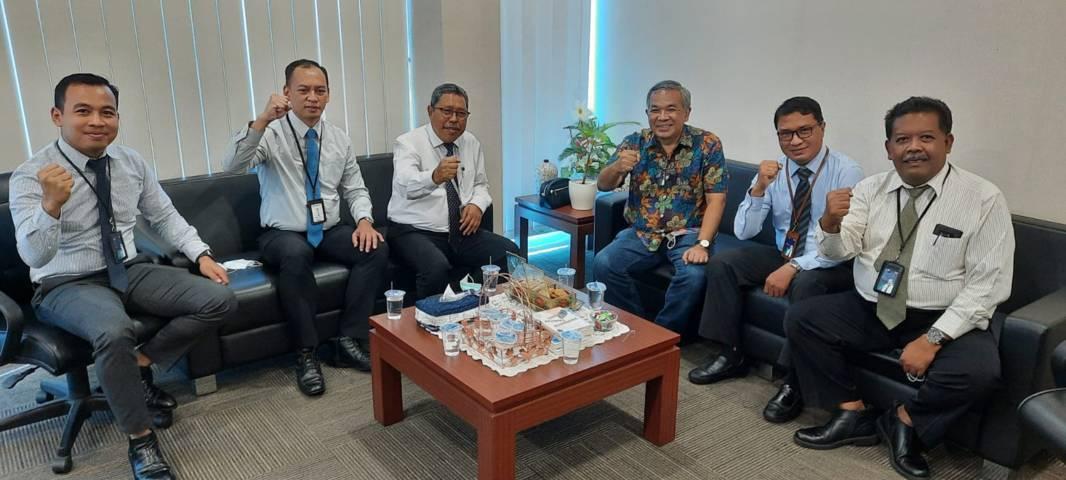 Dr Aqua Dwipayana (tiga dari kanan) bersama Edy Legowo (tiga dari kiri) didamping para Asisten Manajer Pemasaran Mahbi Raharto, Tri Agung Chrisnugroho, Singgih Prasojo, dan Dodi Susanto. (Foto: Dokumen) tugu jatim