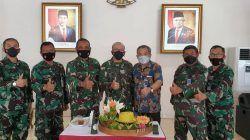 "Gubernur Akademi Angkatan Udara Marsda TNI Nanang ""Scorpio"" Santoso (no 3 dari kiri) dan Wagub AAU Marsma TNI Palito ""Flicker"" Sitorus (no 4 dari kiri) didampingi staf bersama Dr Aqua Dwipayana (no 3 dari kanan). (Foto: Dokumen) tugu jatim"