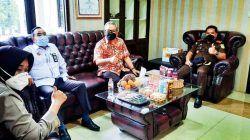 Dr Aqua Dwipayana bersama Kapolres Subang AKBP Sumarni (kiri), Ketua Pengadilan Negeri Subang Agus Hamzah (dua dari kiri), dan Kepala Kejaksanaan Negeri Subang I Wayan Sumertayasa (paling kanan). (Foto: Dokumen) tugu jatim
